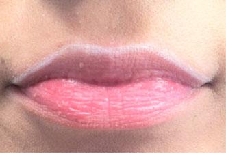 Белый карандаш в макияже губ